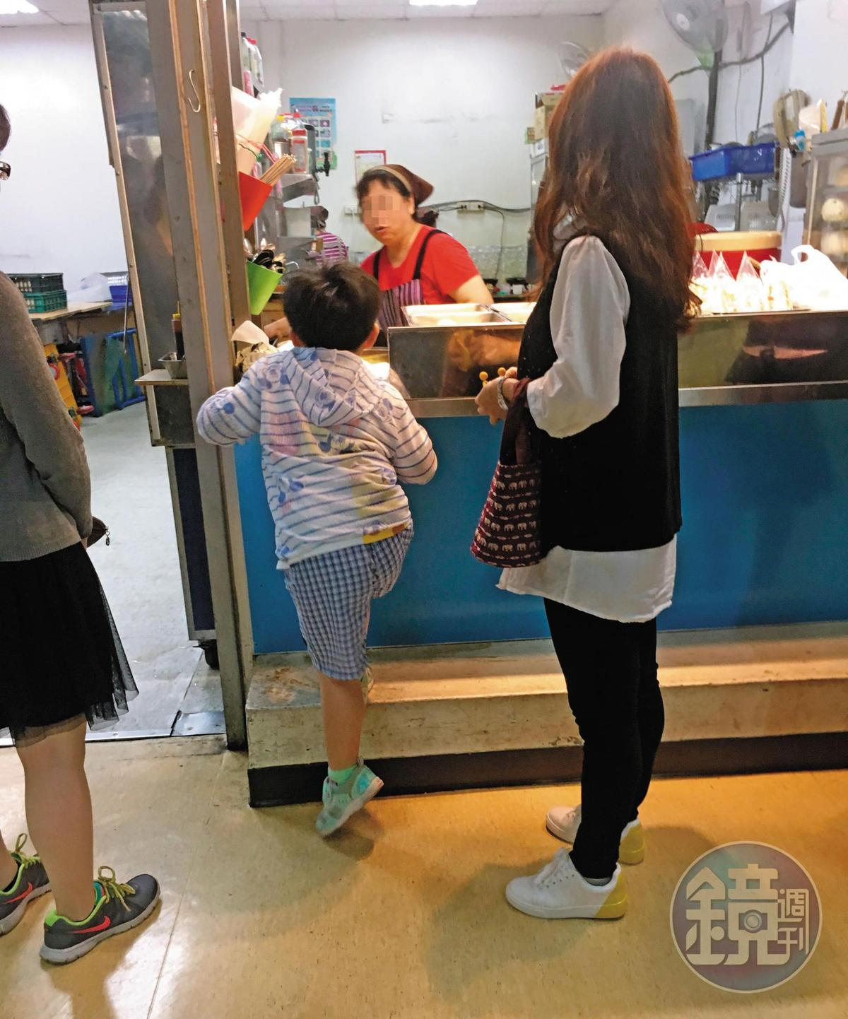 5月3日16:35,女約聘員在下午上班時間到2樓幼兒園接小孩下課。