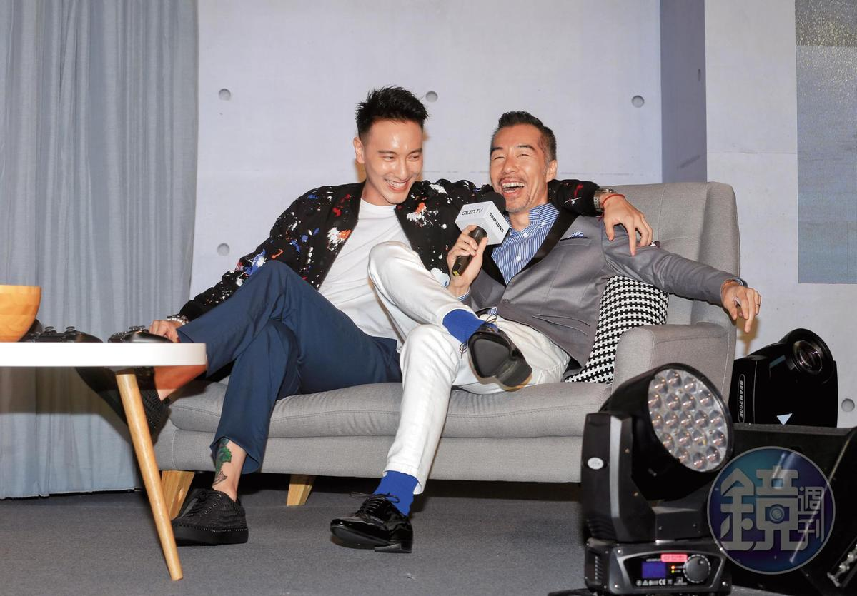 王陽明(左)沒蔡詩芸可黏,跟張兆志(右)勾肩搭背,一副Men's Talk相談甚歡的狀態。