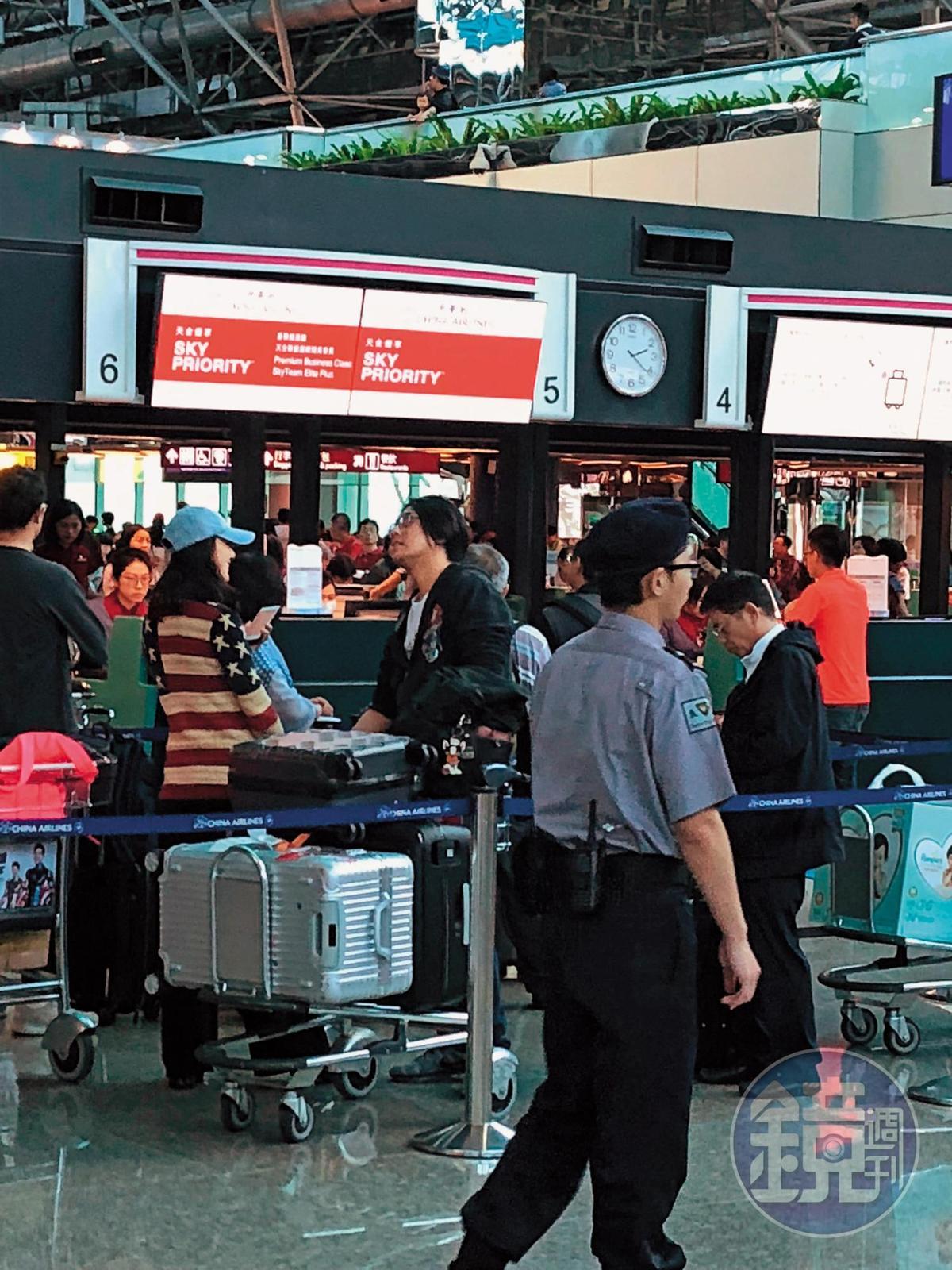 本刊讀者直擊腫脹的朱孝天(右)帶著老婆(左)去機場,一副準備要飛出國的樣子,小倆口看來感情頗為要好。