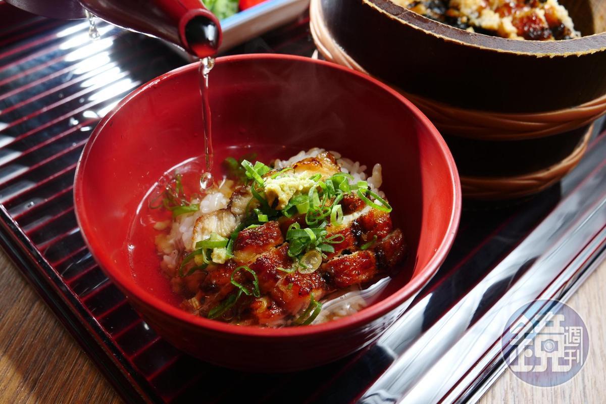 吃完1/4鰻魚飯後,再加上蔥花、山葵享用,最後剩下的再沖高湯收尾。