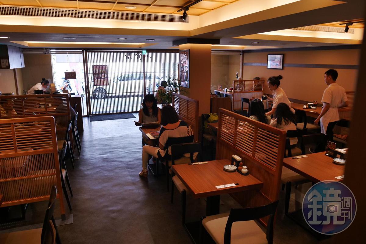店內走的是日式簡約風格。