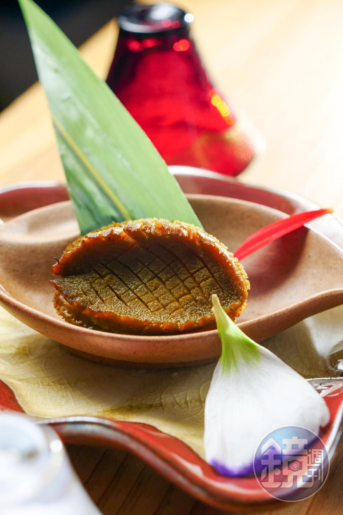 「鮑魚有馬炙燒」用鮑魚肝做醬汁,海味中帶苦甘,是大人的味覺。