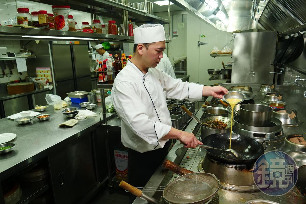 阿榮師雖然在鏡頭前靦腆,對待烹飪卻認真又嚴肅。