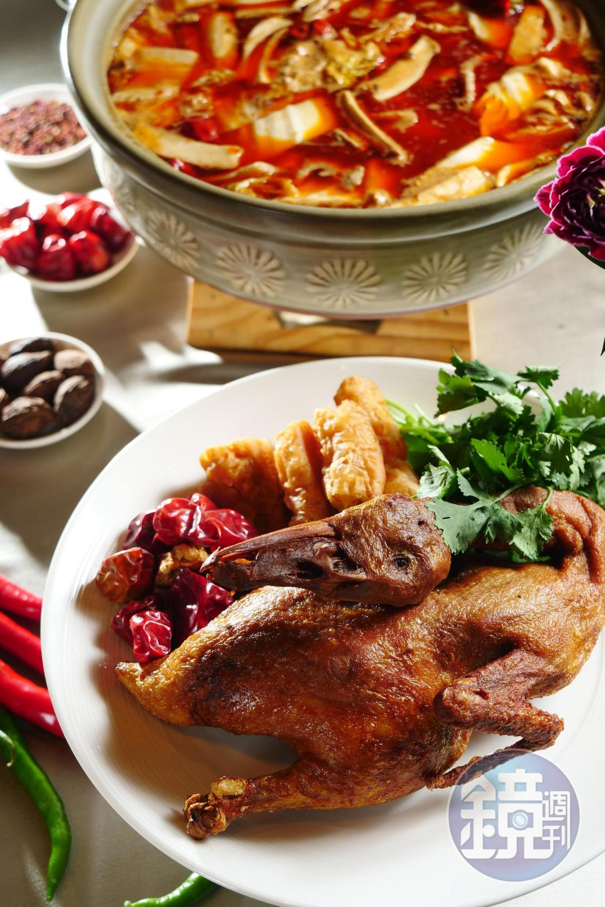 改良自成都冒菜的「天府冒鴨鍋」,幼鴨炸酥後放進鍋,越煮越鮮甜。(2,280元/鍋)