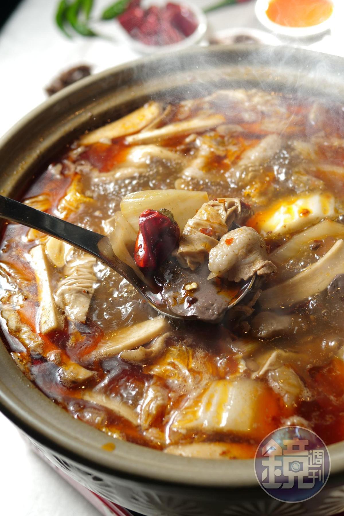 冒菜鍋裡好料多,肉片、腸頭、蔬菜鮮甜全煮進湯裡。
