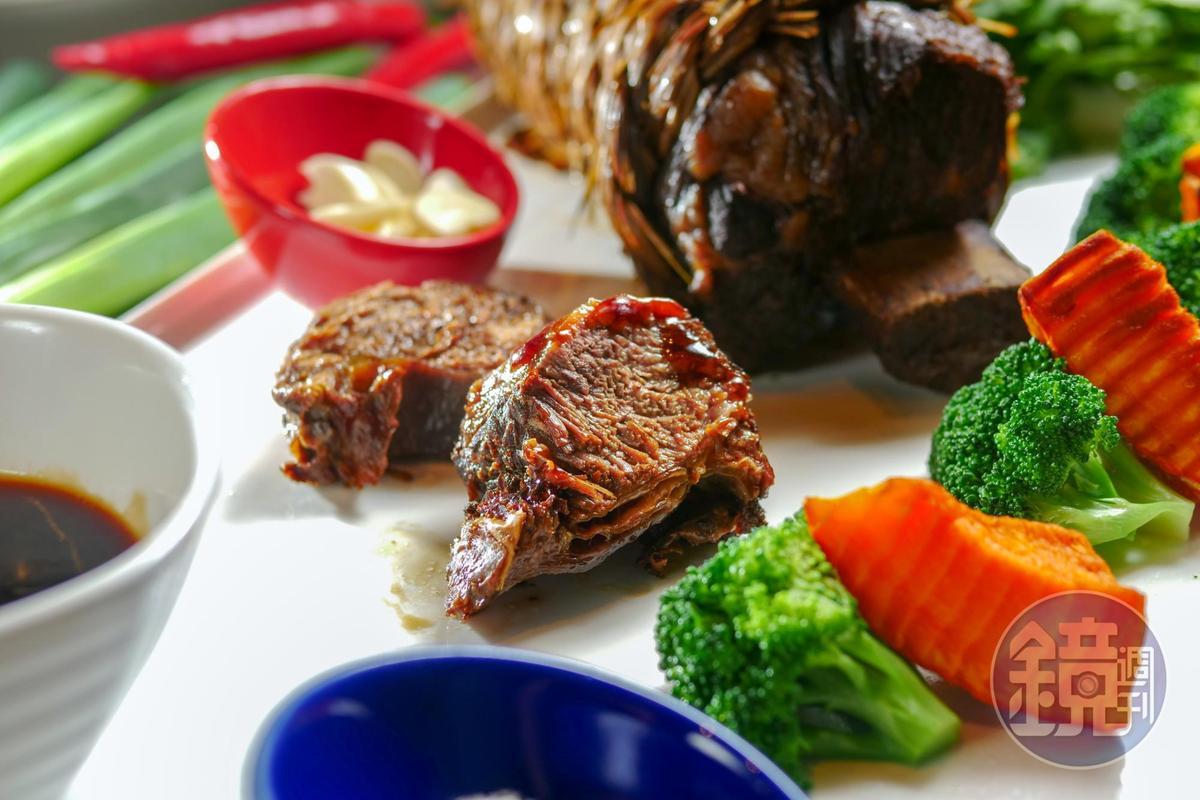 招牌菜「稻香大地牛」用稻草纏綑美國牛小排,放進老滷中滷過再蒸,甜鹹滋味和草香滲入肉纖維裡。(1,880元/份)
