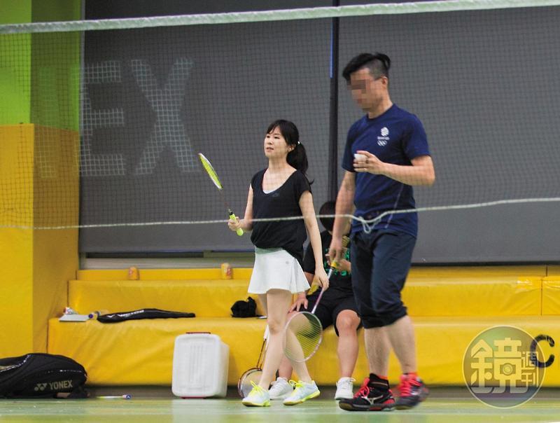 本刊在萬華運動中心羽毛球場,直擊王思涵身邊出現新護花使者陪打羽毛球,但不見傳聞中的婚攝男友。王思涵在恢復單身後,感情生活格外引人好奇。