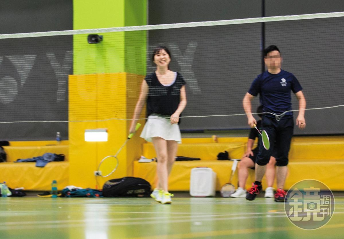 王思涵與新護花壯男同組打羽毛球,不時開懷暢笑,一掃婚變陰霾。