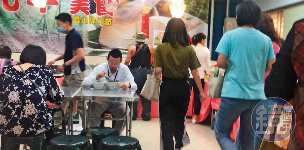 5/4 11:54 中午休息時間還未到,許多公務人員就趕搭電梯去美食街享用午餐。