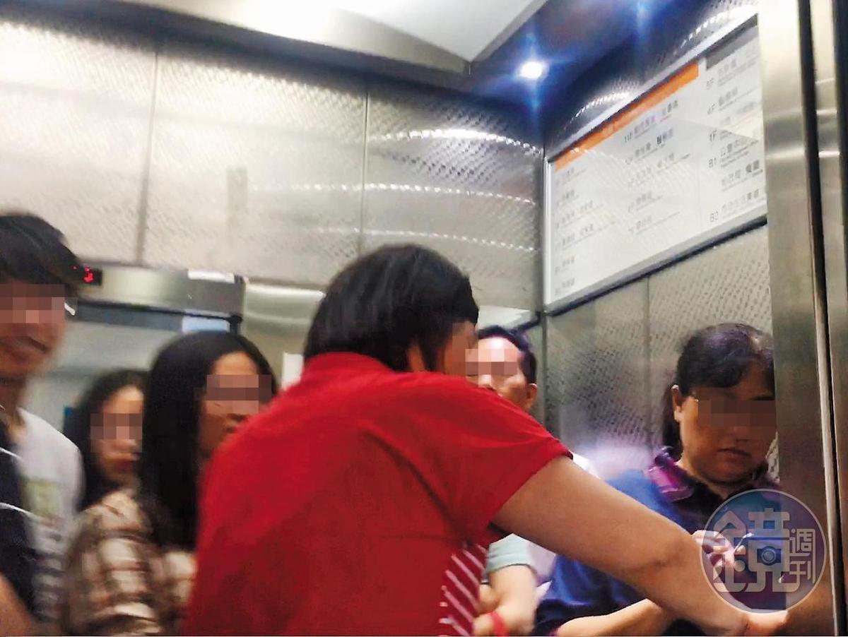 5/4 11:53 中午休息時間還未到,許多公務人員就趕搭電梯去美食街享用午餐。