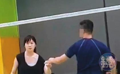 王思涵打羽球有模有樣,與新護花壯男互動頻繁。