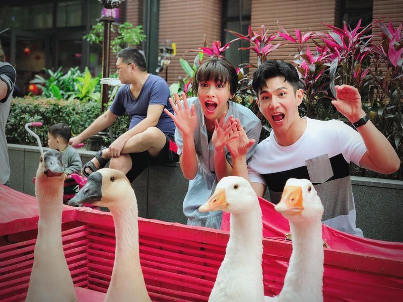 袁詠琳跟祖雄在新戲內有不少床戲及親熱戲,兩人為了培養感情,私下常約出門打球及看電影,戲已殺青兩人亦成了知心好友。