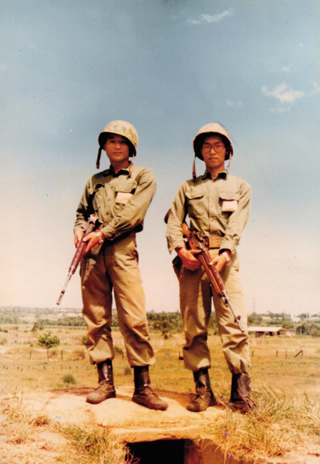 呂坤謀(右)來自嘉義六腳鄉,退伍後曾從事嘉義花生加工食品的買賣。(呂坤謀提供)