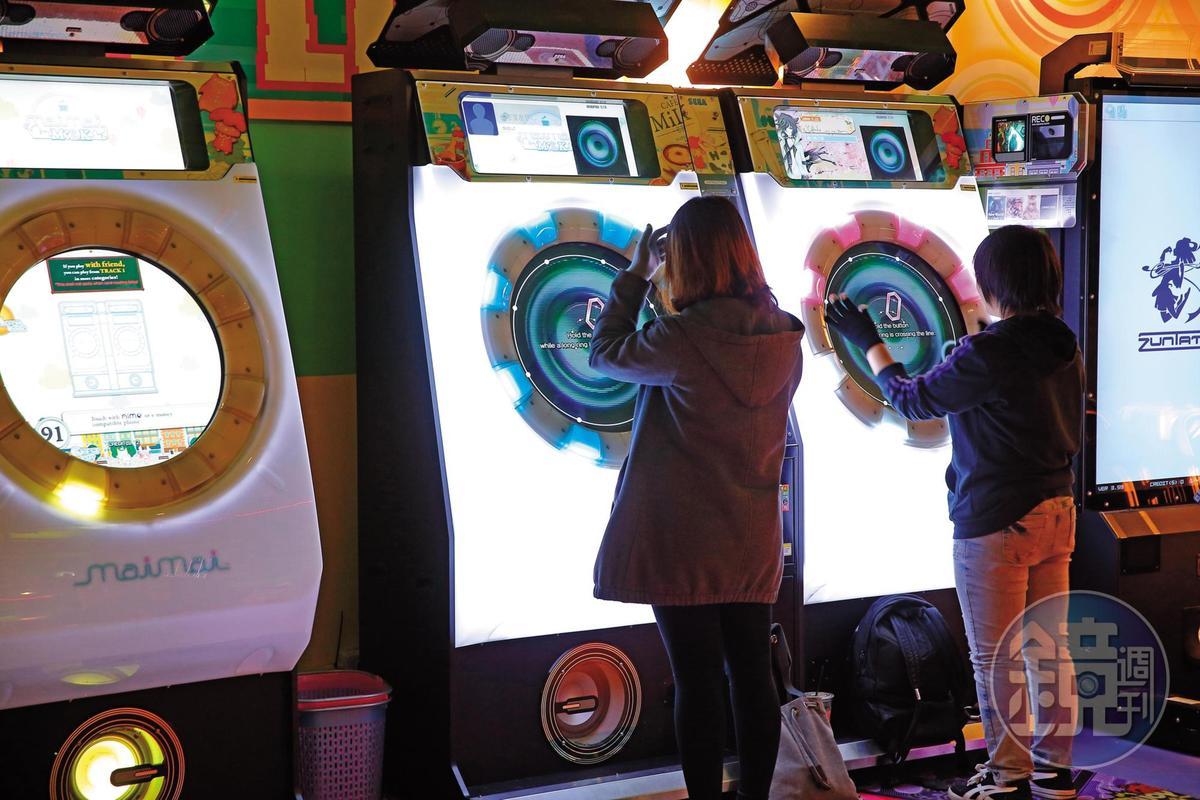 除了自產自銷,呂坤謀也代理日本遊戲機台。圖為尚芳進口的跳舞機Mai Mai。