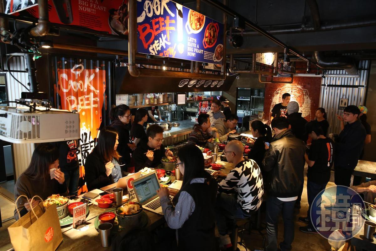 母親節到來,不少民眾到王品旗下餐廳「cookbeef」慶祝節日。