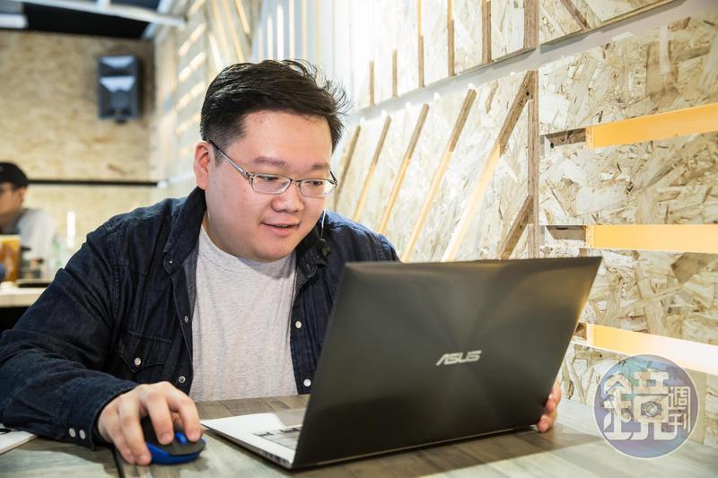 為了鑽研投資,陳飛龍經常坐在桌前讀財報,一坐就是5小時以上。