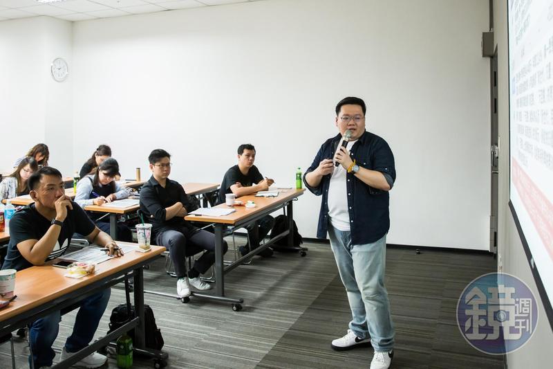 上課學員年紀都比陳飛龍稍長,不過他精準解讀數據資料,讓學員都信服。