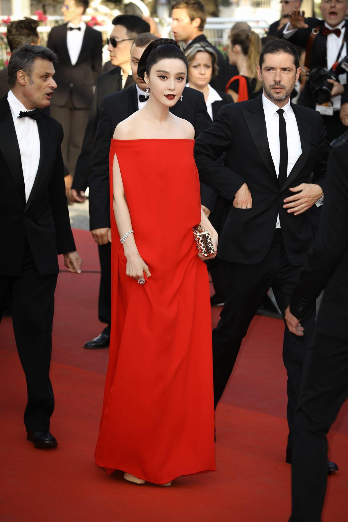 素面Valentino紅色長裙就算在同色紅毯上,范冰冰依舊展現了自己的氣場。(東方IC)