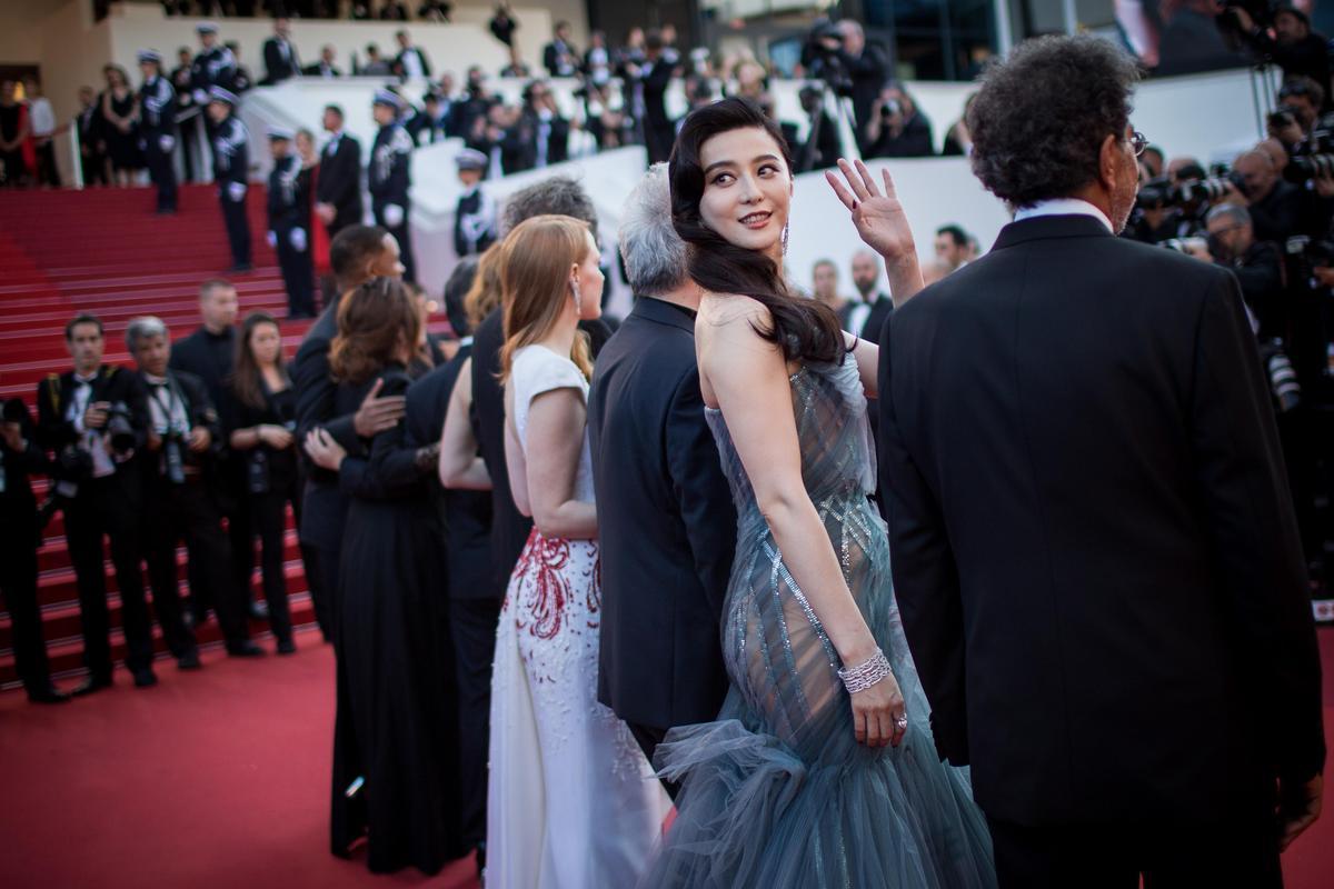 閉幕式范冰冰的Atelier Versace透視長裙從側及背面可明顯看見她的翹臀。(東方IC)