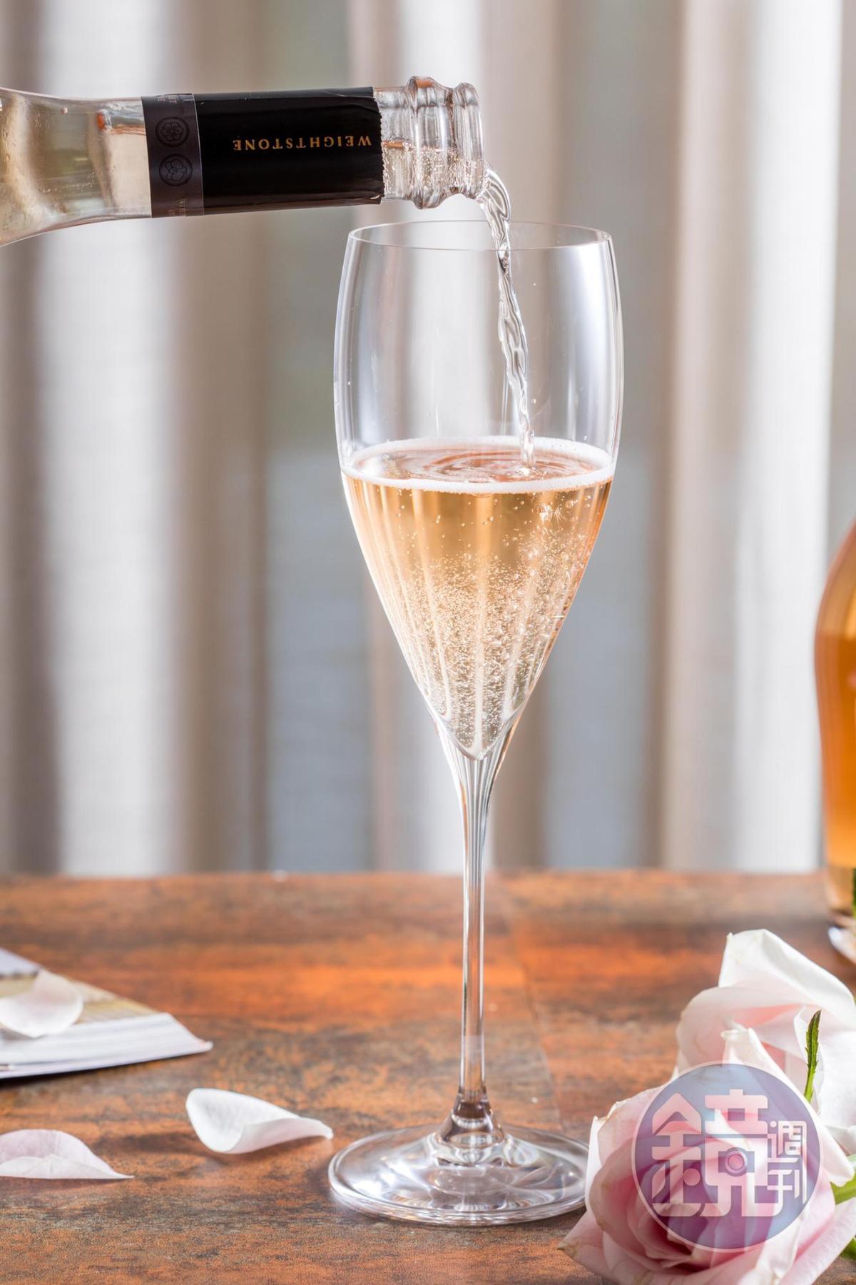 香檳杯底有電射切割點,讓氣泡衝擊上升,可延長氣泡酒活力達40分鐘以上。