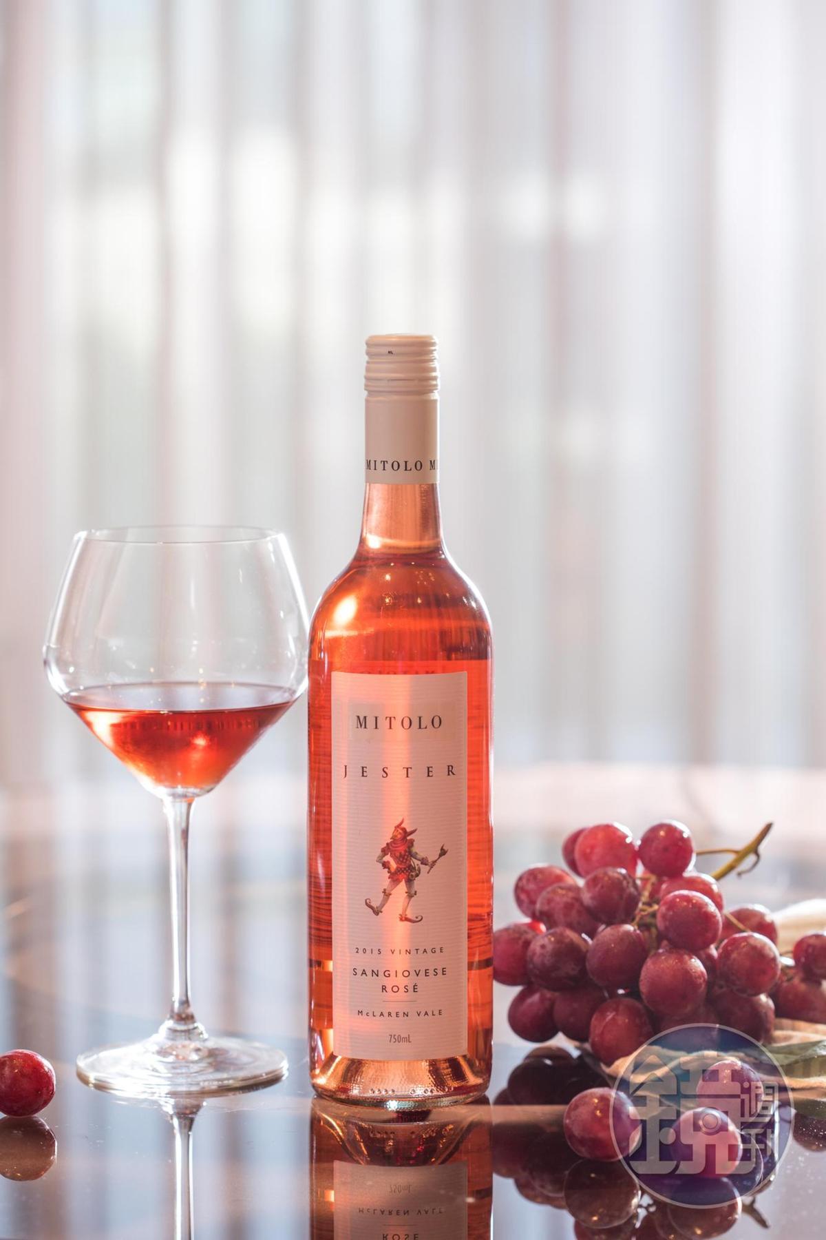有草莓、香瓜風味的「Mitolo Jester Sangiovese Rose 2015」 ,是圓潤的開胃酒。(1,400元/瓶)