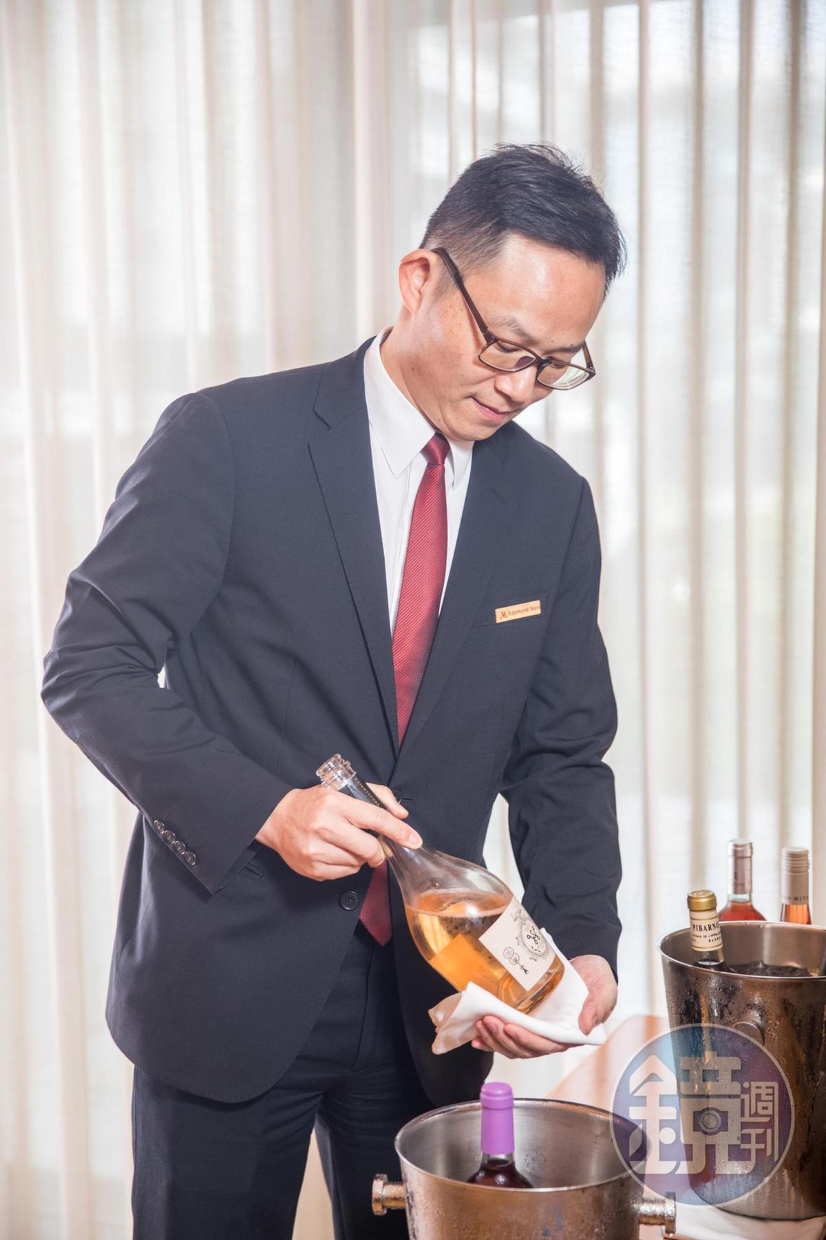 台北萬豪酒店餐飲營運經理聶汎勳,不僅懂酒也曾擔任料理主廚,由他搭配餐酒暢快完美。