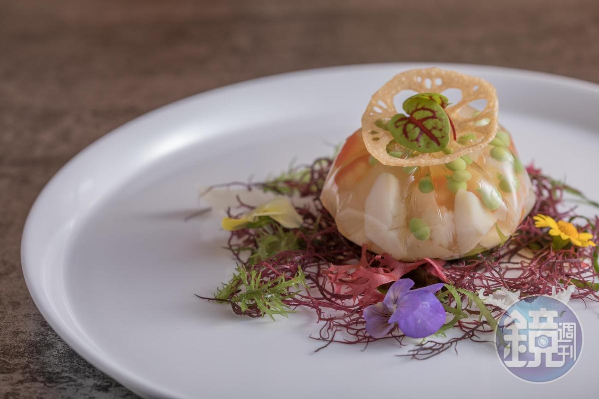 冰涼剔透的「五味風曼波魚凍」,帶來海濱風情。(2,500元套餐菜色)