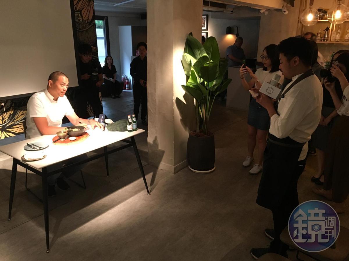 江振誠(左)模擬比賽現場,讓陳子洋(右)用全英文介紹料理。
