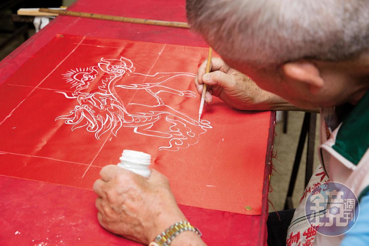 【立體繡製作流程】1.畫草稿:以廣告顏料或粉筆打草稿。