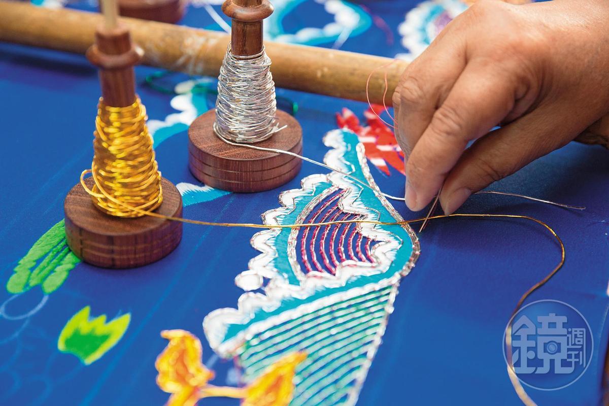 【立體繡製作流程】3.縫金蒼:取金、銀、桃紅、藍、綠、黑6色蒼線,依主題決定配色。