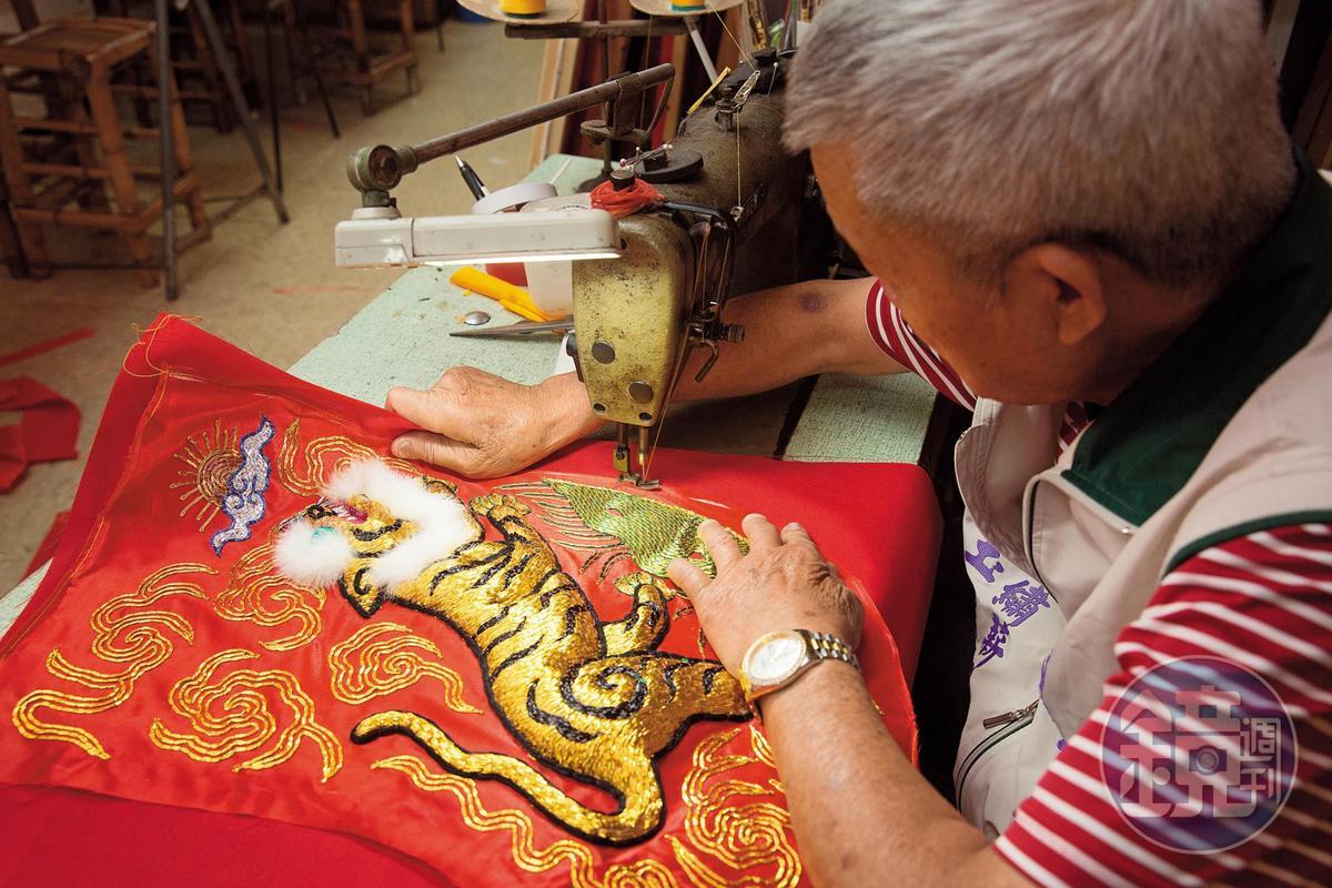 【立體繡製作流程】4.上漿縫裡布:以糨糊加水均勻塗抹,使繡線、蒼線固著,日曬風乾後再縫內裡,作品會更挺、更耐放。