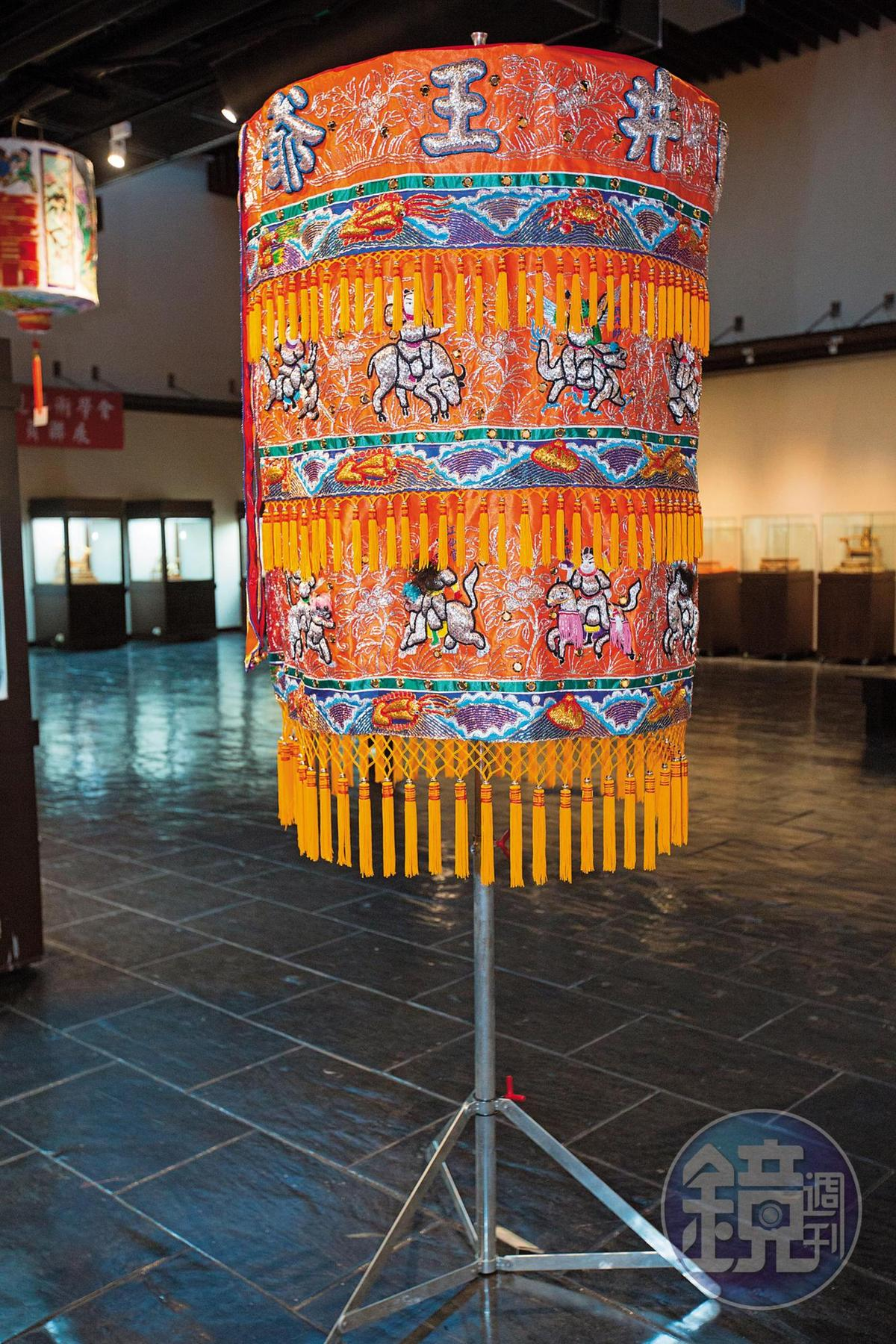 為神明出巡遮陽除穢的36官將涼傘,1位師傅製作需時2個月,價值20萬元。