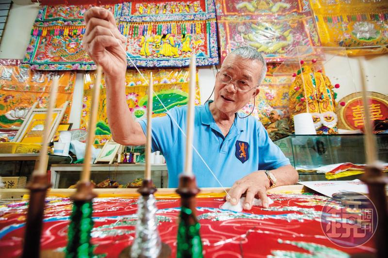 府城光彩繡莊老闆林玉泉是台南安南區鹽工之子,從學藝算起,刺繡年資超過一甲子,人稱「府城老繡才」。