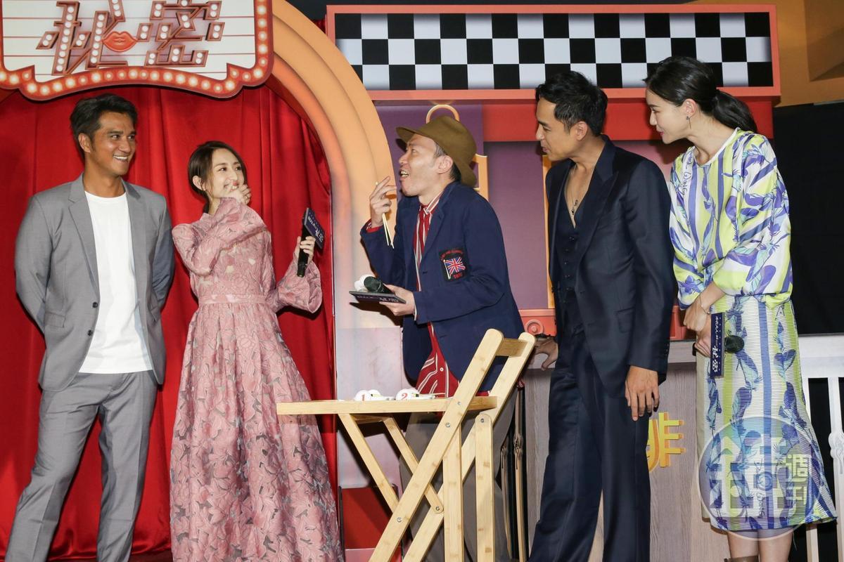 演員吃壽司秀演技,對導演連奕琦進行大考驗,要他答題到底誰吃到滿滿的芥末,張少懷演得浮誇。
