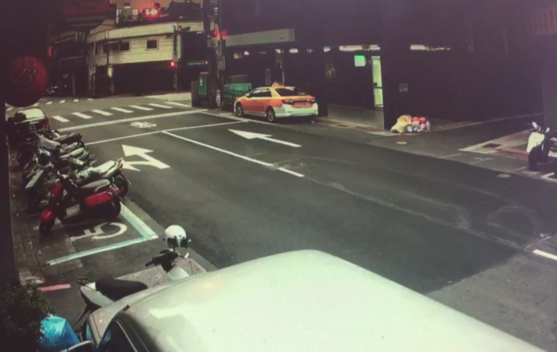 在警方擴大調閱監視器過後,發現陳姓的8旬老翁確實由高處墜下,已排除車禍肇逃的可能。(警方提供)