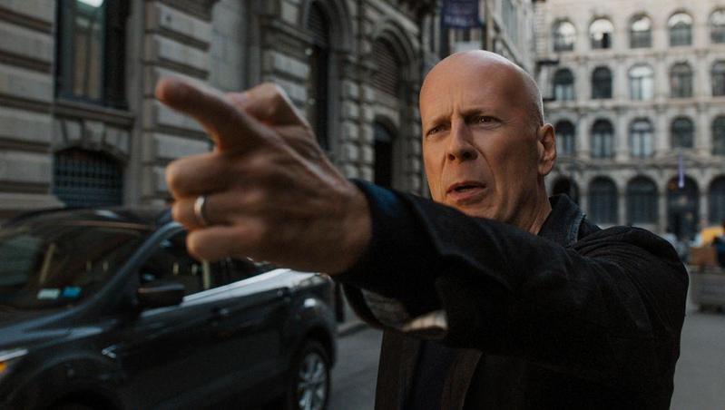 布魯斯威利在《猛龍怪客》有2種形象,白天是救人的外科醫生,晚上卻成了暴力的復仇者。(車庫娛樂提供)