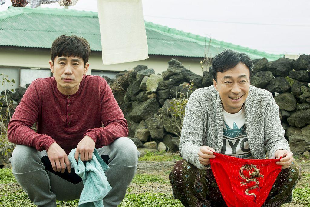 申河均(左)與李聖旻在戲中有不少對手戲。(車庫娛樂提供)