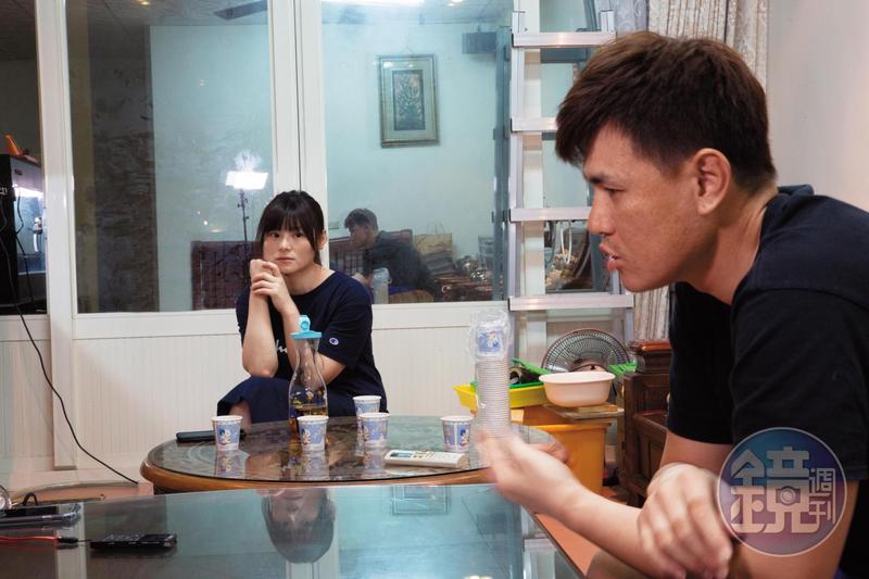 談起女兒出生後的震撼生活,林冠佑(右)仍歷歷在目,吳依凡(左)聽得專心,也一度鼻酸。