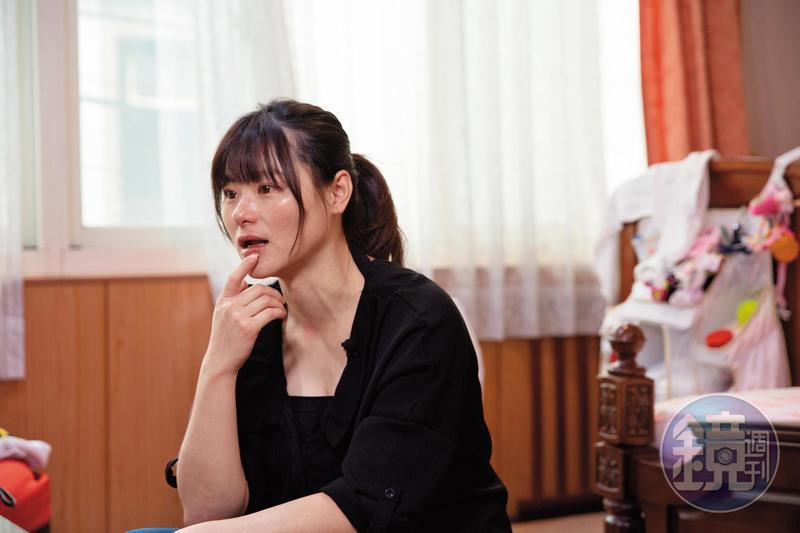 前年9月底,吳依凡創設「芊芊小羽」臉書粉絲頁,開始書寫女兒的故事,希望讓更多人認識罕病,也杜絕歧視。但想起這些年的酸甜苦辣,堅強的她仍忍不住紅了眼眶。