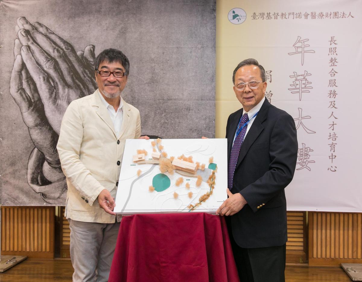 李宗盛10日於花蓮舉辦記者會送上「年華大樓」模型給門諾醫院。(相信音樂提供)
