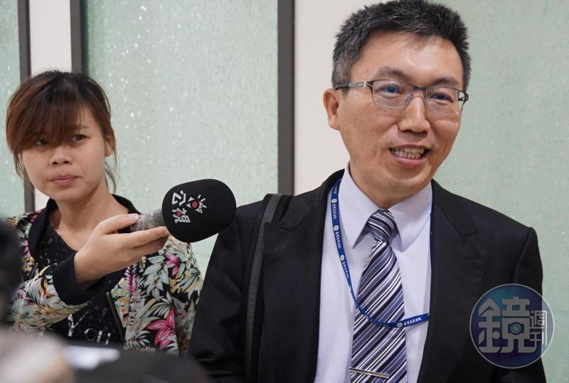 高院法官林孟皇(右)審理汐止公所課員收賄案改判無罪,以QA方式說明判決理由。