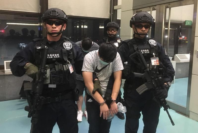 廖緯蒼和曾孟翰遣2人從新加坡被遣返回台。(警方提供)