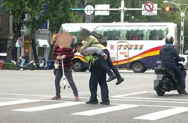 蔡姓員警見綠燈秒數已不足,立即上前背起老婦,護送她安全過馬路。(圖取自爆料公社)