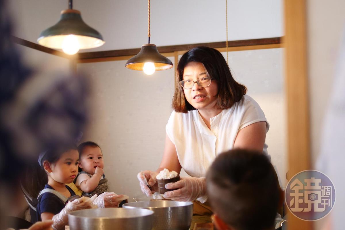 任佳倫親自傳授古法鬆糕技巧。