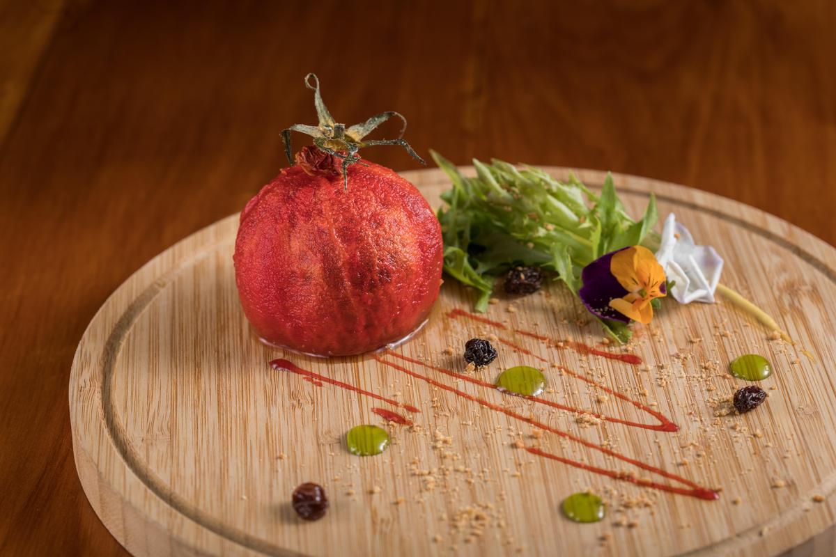 「番茄果實」多汁Q軟的溫泉番茄包入以堅果、蜜餞做成的餡料,口感類似蘋果派,酸酸甜甜。(需3天前預訂)