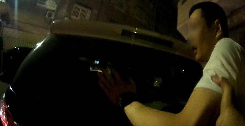 張男見警拔腿狂奔最後仍被攔下逮捕。(警方提供)