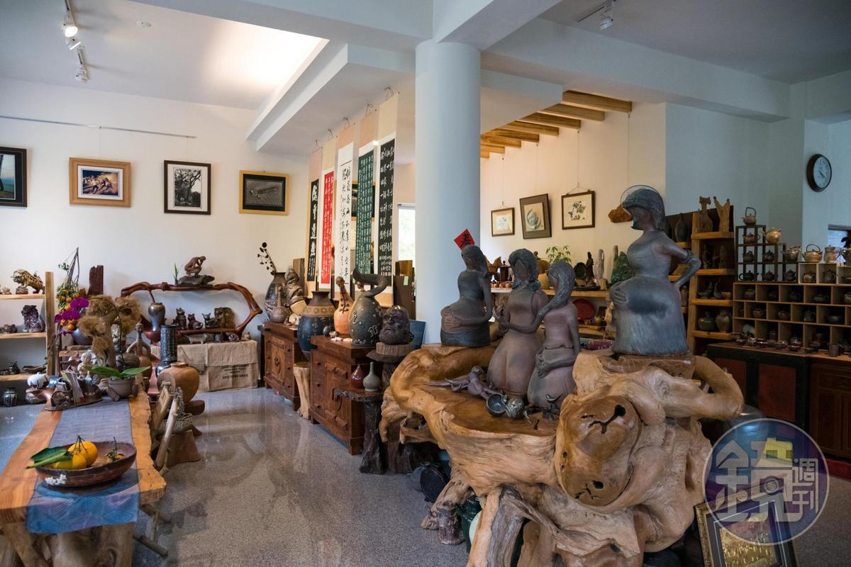 民宿一樓擺滿張燕鳳的陶藝作品。