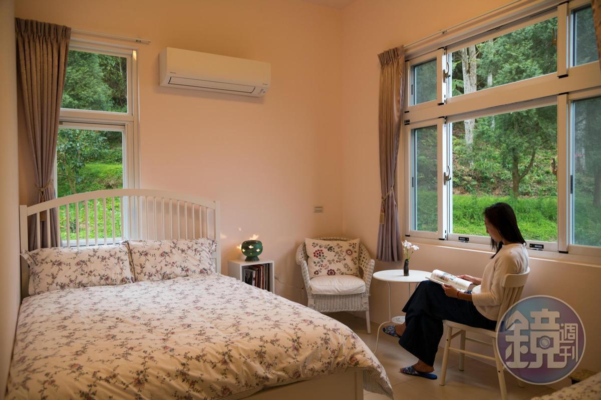 依山的「燕雙人房」簡單樸素,引室外綠意入室。