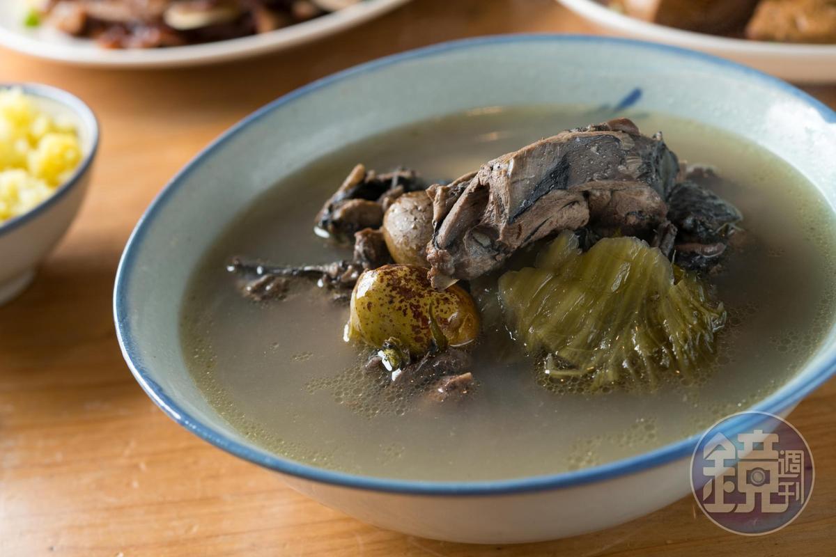 酸菜烏骨雞湯清爽可口。