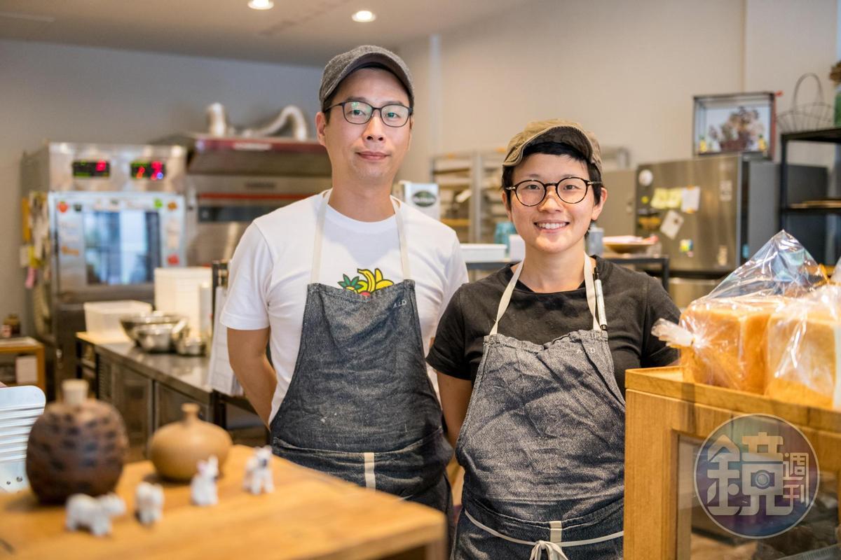 林由佳子(右)隨著台灣夫婿吳嘉彤(左)返回故鄉羅東,開了這間小小的麵包店。